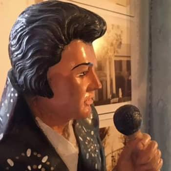 YLE Kymenlaakso: Elvis on yhä kuningas - faniyhdistyksen vetäjä Tomi Raussi innostui Elviksestä kesken hevin kuuntelun