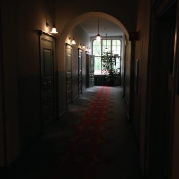 Harmaa rouva kuljeskelee aaveena Imatran Valtionhotellissa