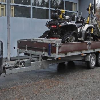 Metsäradio.: Mönkijä viedään trailerilla metsäpalstalle