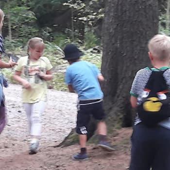 Lapset metsäretkellä Kivinokassa