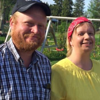 Sukutiloista luopuminen ei ole käynyt edes mielessä - Johanna ja Jussi kyntävät kahden maatilan pellot