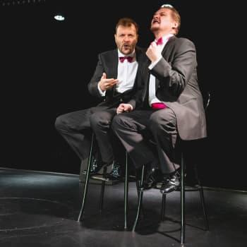 Kiroilua-esitys syntyi kun teatterinjohtaja makasi riippumatossa silmät kiinni ja kuunteli kun näyttelijät pauhasivat