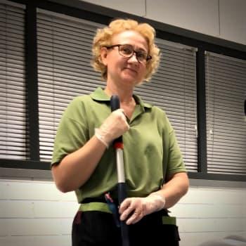 Merkonomihommista mopin varteen - Yläkoulua siivoava Susanna Viitasalo tykkää työstään niin, ettei edes alkava rapakausi hirvitä