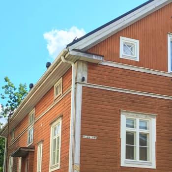 """Ikkunakävely vie aikamatkalle 1800-luvun arkkitehtuuriin: """"Ihanimpia ovat kauniit pieniruutuiset kuistinikkunat"""""""