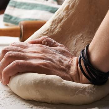 Ruokakulttuurin professori Johanna Mäkelä, miksi korona-aika on saanut Suomen leipomaan?