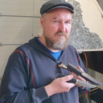 Takomalla se muoto puukon terään löytyy, sanoo mikkeliläinen puukkoseppämestari Mikko Inkeroinen