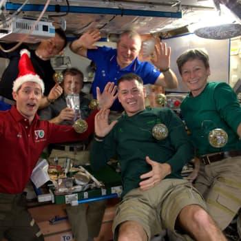 """""""Hyvää joulua kaikille siellä alhaalla!"""" - avaruusasemallakin vietetään joulua"""
