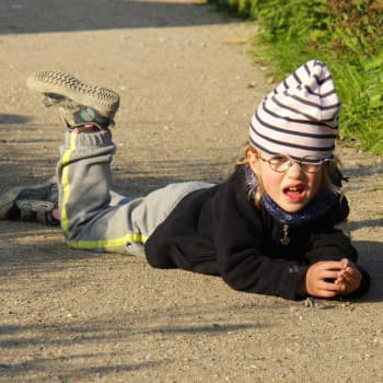 Itkupotkuraivarit ja ovienpaiskonta eivät ole aina kiukuttelua, vaan voivat kertoa lasten ja nuorten stressistä