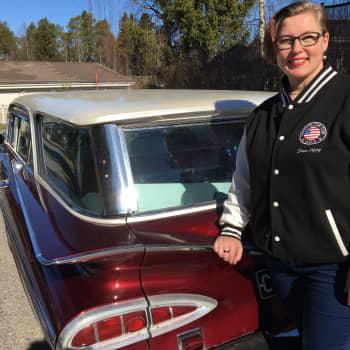 """Heidi Romppainen nauttii kimaltavan kulkupelinsä ajofiiliksestä ja kauneudesta: """"Jenkkiautossa ei piilotella"""""""