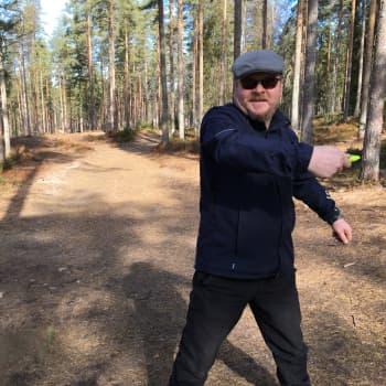 """Arto Junno seurasi erikoista kilausta ja löysi uuden harrastuksen: """"Frisbeegolf saa pois maalliset murheet"""""""