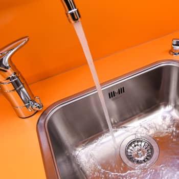 """Kansalaisaloite vesihuollon yksityistämisen estämiseksi etenee rytinällä -   tekijä: """"Olen klapilla päähän lyöty"""""""
