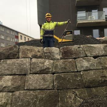 Salaperäisyys sävytti kivikukon paluuta Oulun aseman kupeeseen - sota-ajan vara-asema nousee nyt uuteen elämään kivi kiveltä