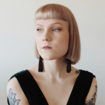 Jessi Jokelainen opettaa suomen kieltä somessa