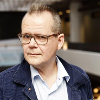 Kari Hotakainen ihmettelee tarinallistamisvimmaa: Tavaroiden tarinat ovat tärkeämpiä kuin niiden laatu