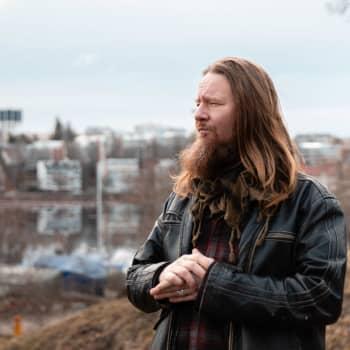 """Uuden musiikin tekeminen innostaa Jouni Hynystä - """"Menkööt Vain Elämää -sarjaan he, joilla on luppoaikaa"""""""