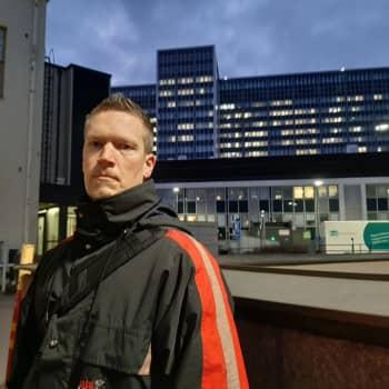 Trycket inom intensivvården ökar, säger sjukskötaren Marcus Norrgård, de närmaste dagarna avgör