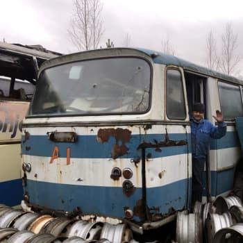 Lähes 200 linja-autoa odottaa purkamistaan Enonkoskella - Osia kysellään Etelä-Amerikasta asti