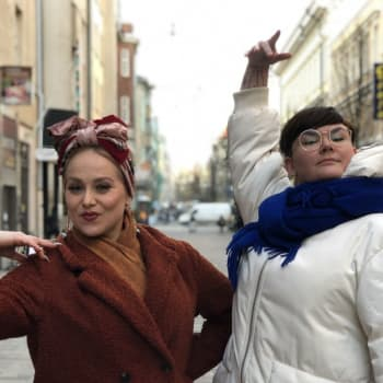 Enni Grundström utmanade sig med att klä av sig inför publik med hjälp av burlesk