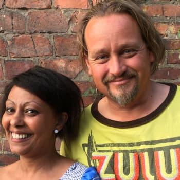 Ståuppkomikern Fredi Lilius utmanas i sitt föräldraskap som adoptivförälder