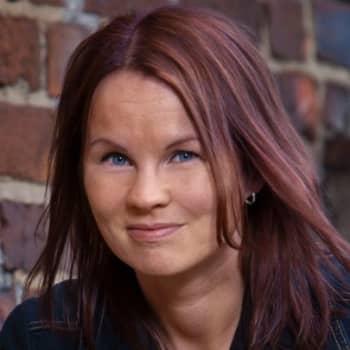 Viikon kirja: Kirjailija Marisha Rasi-Koskinen ja novellikokoelma Vaaleanpunainen meri