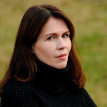 Viikon kirja: Kirjailija Tiina Laitila Kälvemark ja romaani Karkulahti