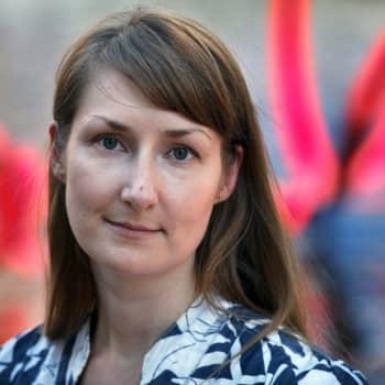 Viikon kirja: Kirjailija Emmi Itäranta ja romaani Kudottujen kujien kaupunki