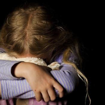 Vanessa Springonra joutui lapsena kuuluisan kirjailijan hyväksikäytön uhriksi - nyt Ranskaa kuohuttaa Springonran esikoiskirja