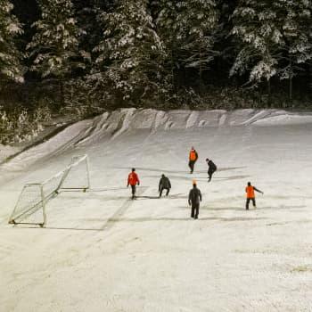 Jalkapalloa pelataan lumisella kentällä, kun palloiluhallia ei ole - Kemi paikkaa hallin puutetta auraamalla kentän
