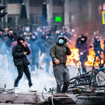 Oroligheter i Nederländerna för fjärde natten i rad efter utegångsförbud