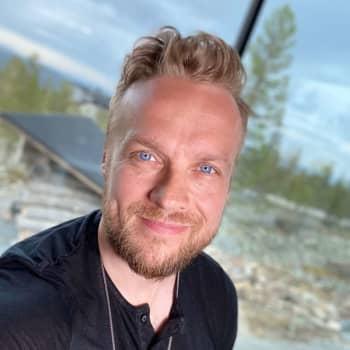 Hypnotisoija Sami Minkkinen kannustaa huijaamaan mieltä positiivisiin muutoksiin