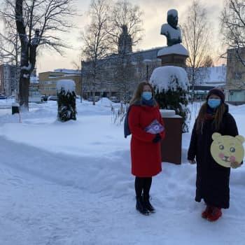 Runebergin viikolla valoisia hymynaamoja ja jättimäisiä runebergintorttuja