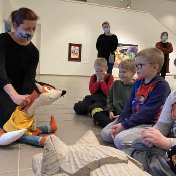 Pehmolelu museo-oppaana! Kulttuurikettu sai erityisryhmän keskittymään taidekokemukseen