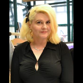Laulunsanoittaja Sana Mustonen itkee ja nauraa kirjoittaessaan - ei leivo Runebergin torttuja