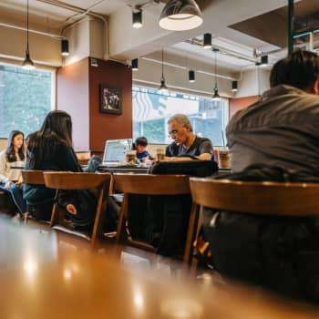 Millaista on uuteen ammattiin opiskelu aikuisena, työn ohessa?