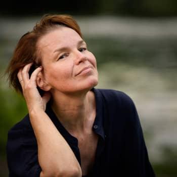 """""""Usein kirjoittaessani luulen kirjoittavani suomeksi, mutta se onkin ruotsia"""", sanoo ruotsinsuomalainen Anna Järvinen"""