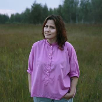 Liisa Louhelan esikoisromaani pohtii, kuka lopulta päättää yksilön elämänvalinnoista