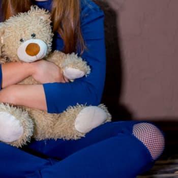 I barnskyddet är omkring 100 socialarbetarplatser obesatta