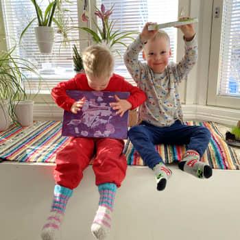 4-vuotiaat kaksoset Oliver ja Elias maalaavat abstraktia taidetta
