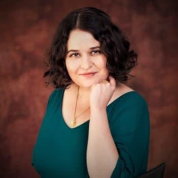 """Teräväkynäinen esseisti Silvia Hosseini: """"Feminismi ei ole älykkyyden tai kiinnostavuuden synonyymi eikä maailmanselitys."""""""
