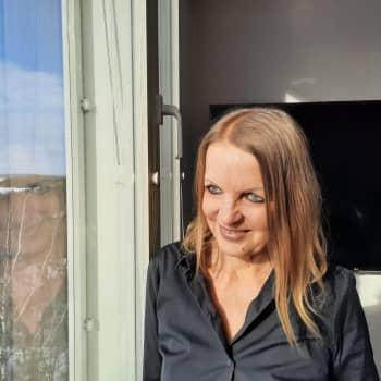 Kirjailija Annamari Marttinen nostaa esiin velkaantumisen salailun ja häpeän