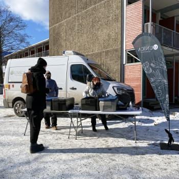 Unican Kaara kuljettaa lounasta opiskelijoiden luo ravintolasulun aikana