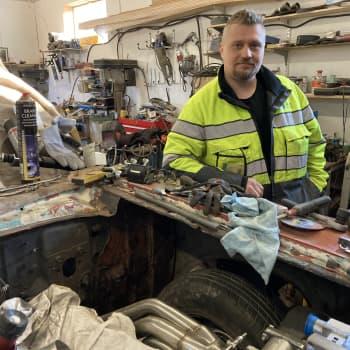 Ystävykset kohtasivat vuosikymmenten jälkeen - raihnainen autovanhus palasi Kimmo Bordin talliin