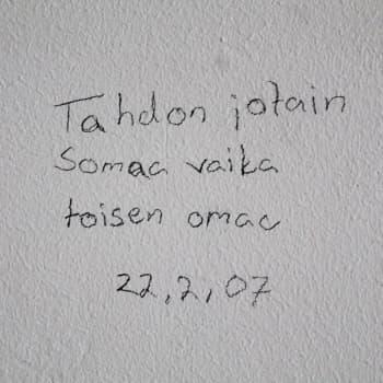 Vankien seinäkirjoituksia koottiin kirjaksi: tunteita riittää vihasta rakkaudenkaipuuseen