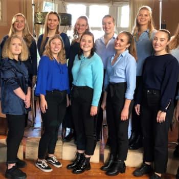 Luciakören firar Folkhälsan med låten Kom in