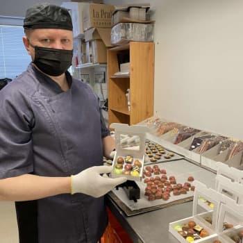 Käsin tehty konvehti on monen työvaiheen tulos - suklaamestari kertoo, miten herkku syntyy ja miltä se pääsiäisenä maistuu