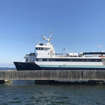 Begränsat antal passagerare tas ombord på förbindelsebåtarna i skärgården