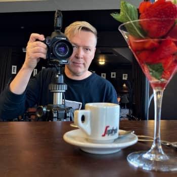 Valokuvaaja Harri Hinkalle voi ravintolan mainoskuvauksissa poseerata raaka peruna tai hiuslakalla suihkittu pihvi