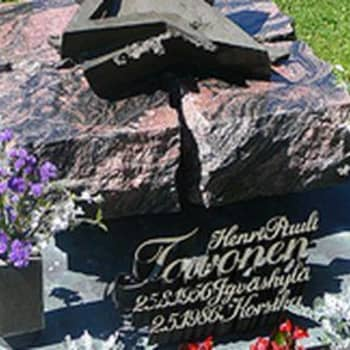 Rallisankari Henri Toivosen haudalla