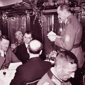 Mannerheim kiittää Hitleriä ja muita vieraitaan (1942)