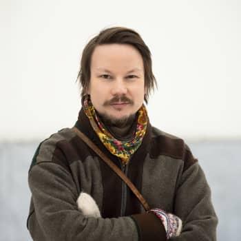 """Saamelaiskirjailija Niillas Holmberg: """"Suomeksi kirjoittamalla kommunikoin valtaväestön kanssa"""""""